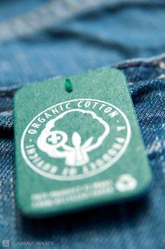 Maatschappelijk verantwoord ondernemen in de kledingindustrie   Nadat aan het licht is gekomen dat de omstandigheden waarin kleding van grote merken wordt gemaakt ontzettend slecht is, gaan steeds meer consumenten en bedrijven hier bewuster mee om. Zoals bovenstaande afbeelding laat zien zijn er nu heuse keurmerken voor maatschappelijk verantwoorde producten.