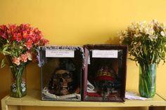 """Juanito y Juanita llevan en la división de homicidios de la ciudad de El Alto más de treinta años. Tienen fama de ser implacables en los interrogatorios, de resolver asesinatos sin pisar el lugar de los hechos, de defender tanto a las víctimas de grandes asaltos como de pequeños hurtos. Y su expediente es impoluto: dicen que han ayudado a solucionar más de doscientos casos. Juanito y Juanita son dos calaveritas que """"colaboran"""" a los investigadores en sus pesquisas. Foto: Álex Ayala."""