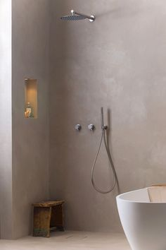 Concrete Studio In Amsterdam, there is only 1 place to go if you are looking for the best choice of Beton-Ciree (micro cement). Other than tiling your bathroom, the concrete is smooth and will add a warm atmosphere. Viae Studio offers that and we equipped the showroom with the Atlantis bath, solid