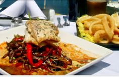 La Bita Restaurant ofrece una amplia carta de frutos de mar. Entre sus especialidades, se destacan la pesca del día, pastas caseras, carnes al asador, y una amplia carta de vinos.