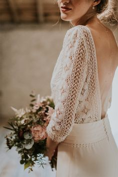 Shooting wedding in a renovated barn – Puy-de-Dôme - Home Page Colored Wedding Dresses, Bridal Dresses, Minimalist Gown, Boho Stil, Wedding Shoot, Wedding Blog, Designer Wedding Dresses, The Dress, Wedding Inspiration