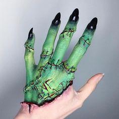 """Bride of Frankenstein makeup by That looks cool as hell! Amazing Halloween Makeup, Halloween Makeup Looks, Halloween Kostüm, Halloween Outfits, Bride Of Frankenstein Makeup, Cosplay Makeup, Costume Makeup, Horror Make-up, Makeup Looks"