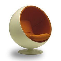 empresa: Ballucci design categoría: living/sillasCreada por el diseñador Finlandes Eero Aarnio. Diseño innovador de aspecto retro futurista. Fue uno de los primeros muebles que se creó en fibra de vidrio, además cuenta con un pie realizado en aluminio y el interior viene tapizado en intensos colores.