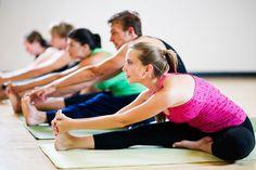 YOGA DURUŞUNUZU İYİLEŞTİRİR Ashtanga ve power yoga gibi bazı yoga türleri çok fizikseldir. Yoganın bu türlerini pratik etmeniz kaslarınızı güçlendirmenize yardımcı olacaktır. Ama Iyengar veya Hatha Yoga gibi daha az kuvvetli yoga türleri bile güç ve dayanıklılık konusunda fayda sağlayabilir.  Aşağı bakan köpek, yukarı bakan köpek, plank pozu gibi birçok yoga pozu bedenin üst bölümünü güçlendirir.
