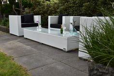 Lounge fauteuils wit met 2 meter lange tafel.