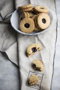I biscotti speziati sono preparati con farina di farro integrale e farciti con confettura di frutti di bosco. Rustici e croccanti, dal cuore goloso, sono perfette pe una merenda, magari accompagnati ad una tazza di the o unfuso di frutta.