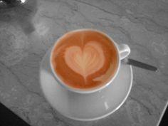 Latte Art mit Caffè di Montagna als Basis Espresso. Die Concept-Art Milchkanne wurde für das aufschäumen verwendet