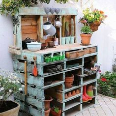 Just love this potting g bench made from pallets.. Need to look out for some more pallets. Would love to make this..#woodenpallets #pottongbench #gardening #makedoandmend #gardenprojects