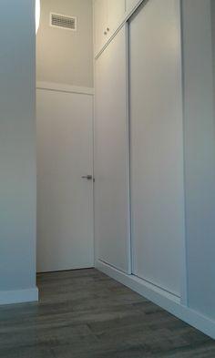 En el dormitorio hemos aprovechado la zona de mayor altura disponible para crear un armario con altillo, muy útil como el resto de los armarios nuevos.