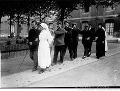 Aveugles [de guerre] aux Quinze-Vingts [hôpital de Paris, 1916] : [photographie de presse] / [Agence Rol]