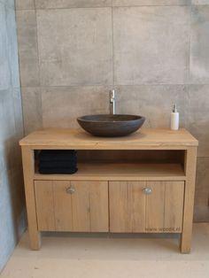 Badkamermeubel 'Belezza' van massief eikenhout. Leverbaar in vrijwel iedere gewenste maatvoering en kleur. Daarbij is dit badkamermeubel te combineren met diverse waskommen en kranen uit ons assortiment. WOOD4 biedt de mooiste meubels voor uw badkamer.