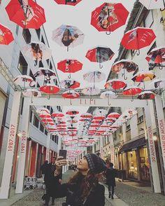 Piovono ombrelli e fotografie dei grandi fotografi che hanno scattato per #Elle in 30 anni di moda (guest star di questa foto la nostra direttrice #DandaSantini) #elle30anni #elle30annidimoda  via ELLE ITALIA MAGAZINE OFFICIAL INSTAGRAM - Fashion Campaigns  Haute Couture  Advertising  Editorial Photography  Magazine Cover Designs  Supermodels  Runway Models