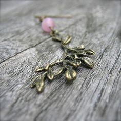 Boucles d'oreilles pendantes pendentif branche par SaayaCreation, €24.00