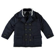 Warme Kidzface winterjas met reverkraag voor jongens in de kleur blauw. Deze stoere jas, uit de Kidzface winter collectie, is gemaakt van 100% polyester en houd jouw kind heerlijk warm. De winterjas is verkrijgbaar in de maten 110-116 t/m 146-152. De jas sluit met een knoopsluiting en heeft een beleg met ritssluiting. Op de voorkant twee pocketzakken met klep en de uiteinden van de mouwen hebben gebreide boorden. De binnenkant is gevoerd met gladde polyester en de jas heeft een polyester…