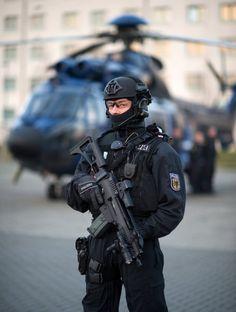 Für besondere Einsätze: Die Mitglieder der BFE+ sind mit Spezialwaffen ausgerüstet. Army Pics, Military Pictures, Military Gear, Military Police, Military Soldier, Swat Police, Police Officer, Tactical Armor, Tactical Wall