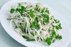 Deze salade is een echte aanrader. Fris, pittig, slank en geschikt als bijgerecht, lunch of tussendoor. Ook een goede start van een detox- of sapvastenkuur!