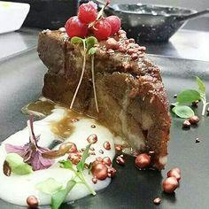 """Porción de """"carrilla"""" confitada con ajo elefante sobre puré de patata trufado y ralladura de foie peta crispy de cobre."""