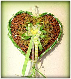 Srdce závěsné jarní 5 Jarní dekorace, pletený papírový pedig, zdobené, lakované Barva: světlý kaštan