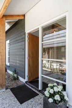 De voordeur bevindt zich aan de linkerzijkant Decor, Outdoor Decor, Garage Doors, Home Decor, Doors