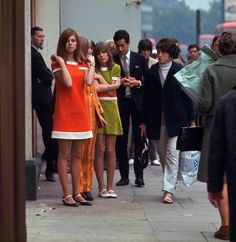 Sixties shoppers on the King's Road street style fashion vintage color photo print ad mod mini dress orange green flats shoes 60s And 70s Fashion, Mod Fashion, Fashion 101, Vintage Fashion, Gothic Fashion, Style Fashion, Mod Girl, Swinging London, Carnaby Street