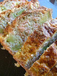 Cake courgettes saumon sans farine sans gras !.. ça c fait et c vraiment trés moelleux...attention à la taille de la coupe des courgettes...sinon démoulage périlleux!!