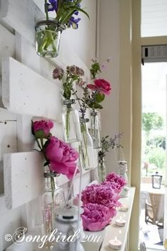 A pallet wood mantel decoration in pink. Bottles and jars are attaced to an altered and painted pallet to form a mantel decor that can be changed in an instant. Pallett Ideas, Diy Pallet Projects, Wood Projects, Pallet Furniture, Home Decor Furniture, Summer Mantel, Wood Mantels, Mantles, Hanging Vases