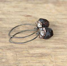 Ruwe Granaat Oorbellen-oorbellen in zilver bengelen door JTeodora