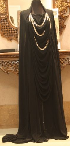 That's an amazing abaya Modest Wear, Modest Dresses, Modest Outfits, Islamic Fashion, Muslim Fashion, Islamic Clothing, Abaya Fashion, Modern Fashion, Passion For Fashion
