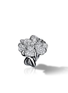 Camélia Ring in 18K white gold and diamonds.