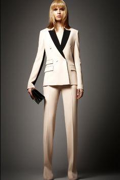 Een pak voor een dame kan zeker ook. Spice it up met een decolletée, of ga voor een hemdje in kant, of zelfs een das! Gedurfd!