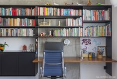 Olhar de arquiteto | Capítulo 1 | Histórias de Casa | Histórias de Casa House Tours, Corner Desk, Bookcase, Shelves, House Design, Workspaces, Design Ideas, Furniture, Live