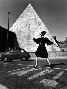 Fashion - Pyramide - Rome © William KLEIN
