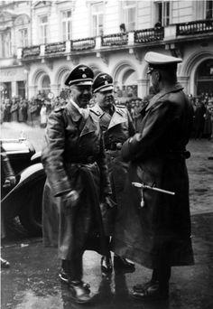 Generalleutnant der Waffen-SS: Bruno Streckenbach (in der Mitte neben Himmler, 1939) kommandierte die 19. Waffen-Grenadier-Division der SS (lettische Nr. 2). Sie war eine Grenadier-Division der Waffen-SS im Zweiten Weltkrieg. Ein großer Teil der Truppen und Offiziere bestand aus lettischen Freiwilligen und zum Wehrdienst eingezogenen Letten. Die Division wurde im Rahmen des deutschen Heeres an der Ostfront eingesetzt.