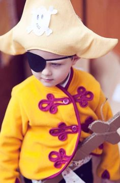 Fantastic Costume Ideas For Your Little One! Pirate Halloween Costumes, Halloween Kids, Halloween Crafts, Pirate Boy, Pirate Theme, Toddler Costumes, Diy Costumes, Costume Ideas, Dress Up Boxes
