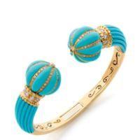 BEAU BRACELET rigide ouvrant en or jaune, dans sa partie supérieure en dégradé, terminé par deux sphères, orné de turquoises scul...