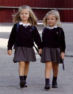 A Leonor siempre le ha encantado ir al colegio y, en el año 2010, por primera vez, la acompañaba su hermana Sofía, de la que cuida siempre como una perfecta hermana mayor.