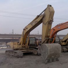 While operating your Caterpillar Excavators,you may need to place the crane and bucket against the ground to keep the machine steady as you slide blocks underneath. Caterpillar Excavators, Used Excavators, Komatsu Excavator, Hydraulic Excavator, Crane, Shanghai, Places, Construction, Building