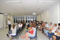 Vice-diretor da FMB, professor José Carlos Peraçoli,  tira duvidas e conversa com pais de alunos dos cursos de Medicina e Enfermagem