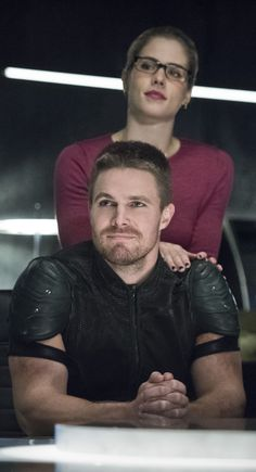 Arrow and The Flash . Felicity and Oliver Arrow Serie, Arrow Tv Series, Arrow Oliver And Felicity, Oliver Queen Arrow, Green Arrow, Stephen Amell Arrow, Arrow Cast, The Flash Grant Gustin, Lance Black