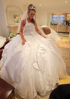 My Big Fat Gypsy Wedding.I'm addicted! Can't ever go wrong with a cat dress for your wedding! Gypsy Wedding Gowns, My Big Fat Gypsy Wedding, Gipsy Wedding, Wedding Bride, Bridal Gowns, Wedding Attire, Luxury Wedding, Wedding Ideas, Cat Dresses