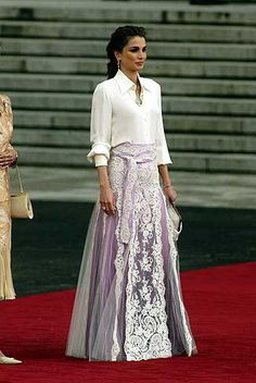 Queen Rania of Jordan in lavender lilac purple tulle skirt with with overlay and white fliwers The Dress, Dress Skirt, Lace Skirt, Modest Fashion, Hijab Fashion, Fashion Outfits, 90s Fashion, Korean Fashion, Evening Outfits