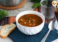 Receta fácil y deliciosa, sobre todo para los días de frío. Se suele hacer sobre todo, en época de carnavales. Aunque puedes hacerlo cualquier día del año. Hay quien le añade bacalao al potaje. Sea como sea, esta mezcla de garbanzos con espinacas nos... Healthy Detox, Healthy Soup, Healthy Snacks, Healthy Recipes, Yogurt Curry, Feta, Spinach Soup, Fat Burning Foods, Soup Recipes