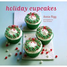 Need a change from Christmas cookies? How about cupcakes? You can make any flavor cake you want. But what makes them holiday worthy is the icing! Christmas Sweets, Christmas Cooking, Noel Christmas, Christmas Goodies, Christmas Wreaths, Christmas Pudding, Christmas Appetizers, Christmas Books, Green Christmas