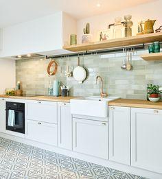 Een betaalbare, oude woning kopen en verbouwen is niet evident en dat loopt ook niet altijd van een leien dakje. Dat realiseerden Cara en Wouter zich maar al te goed. Vooral de indeling moest grondig aangepakt worden opdat de woning zou voldoen aan de huidige normen en behoeften. Maar toch wou het koppel het originele karakter van de woning behouden, een vleugje nostalgie naar het verleden zeg maar.  #keuken #keukeninspiratie #interieur Dream Kitchens, Home Kitchens, Kitchen Cabinets, House, Home Decor, Functional Kitchen, Kitchen Things, Living Spaces, Nostalgia