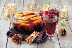 Les ingrédients pour faire la recette du vin chaud de Noël : 1 litre de vin rouge, des oranges non traitées, des bâtonnets de cannelle, des clous de girofle et du ...