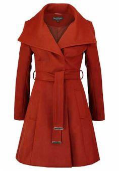 No Dejes Que El Frío Hiele Tu Sentido Estético Envuelve tu cuerpo con los abrigos de mujer en versión minimal, clave retro o estilo militar. La moda de ho