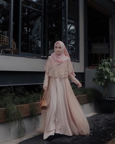 This Gown from Suka bgt sama detail brukatnya, so pretty 💗 Hijab Gown, Kebaya Hijab, Hijab Dress Party, Hijab Style Dress, Kebaya Dress, Dress Pesta, Dress Outfits, Hijab Chic, Dress Brokat Muslim