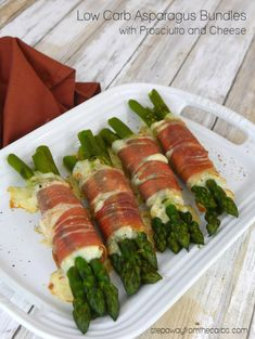 Asparagus Bundles with Prosciutto and Cheese - a delicious low carb and keto lunch or appetizer recipe! Asparagus Bundles with Prosciutto and Cheese - a delicious low carb and keto lunch or appetizer recipe! Low Carb Side Dishes, Side Dish Recipes, Vegetable Recipes, Paleo Recipes, Low Carb Recipes, Cooking Recipes, Atkins, Diet Plan Menu, Asparagus Recipe