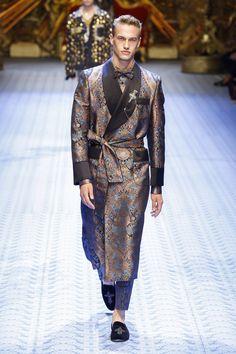 Dolce & Gabbana Spring 2019 Menswear Fashion Show Collection: See the complete Dolce & Gabbana Spring 2019 Menswear collection. Look 32