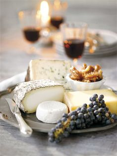 and simple cheese board (gourmet cheese platters) Tapas, Fromage Cheese, Good Food, Yummy Food, Wine Cheese, Cheese Food, Cheese Party, Gourmet Cheese, Cheese Fruit
